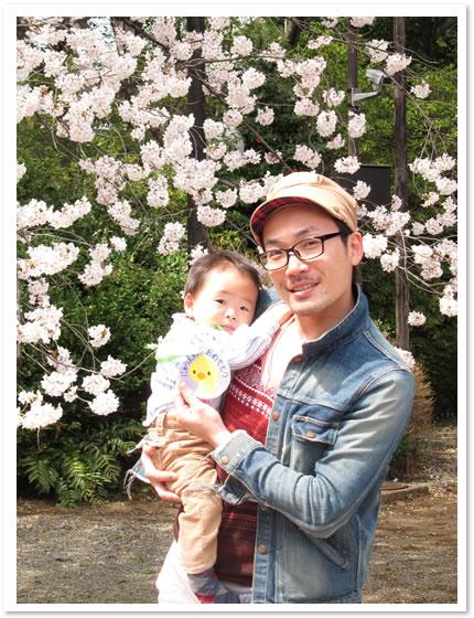 保育園初日の帰り道、桜といっしょに撮影。このころはまだ、生活の変化に気づいていなかったたもんですが…。
