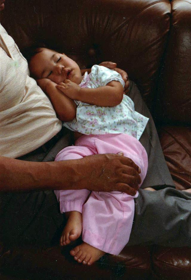 日本から来たやさしいおじいちゃんと、アメリカの家のソファで。娘はぐっすり…。